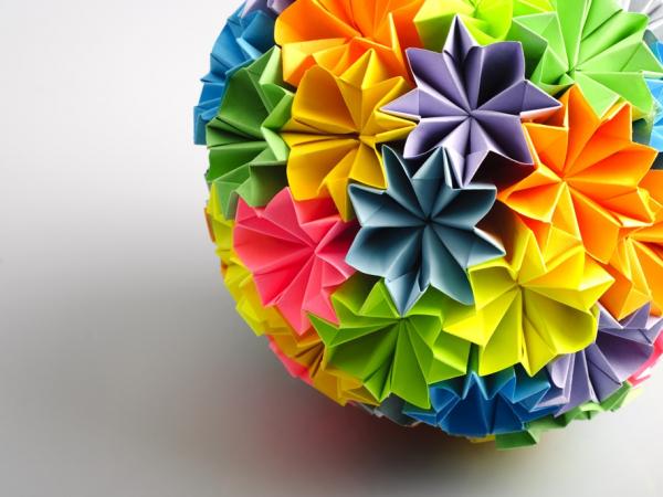 다양한 색상의 종이꽃이 합쳐진 공 사진