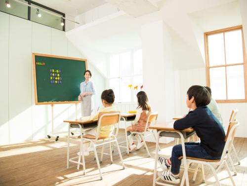 학교에서 공부하는 아동들 관련 사진